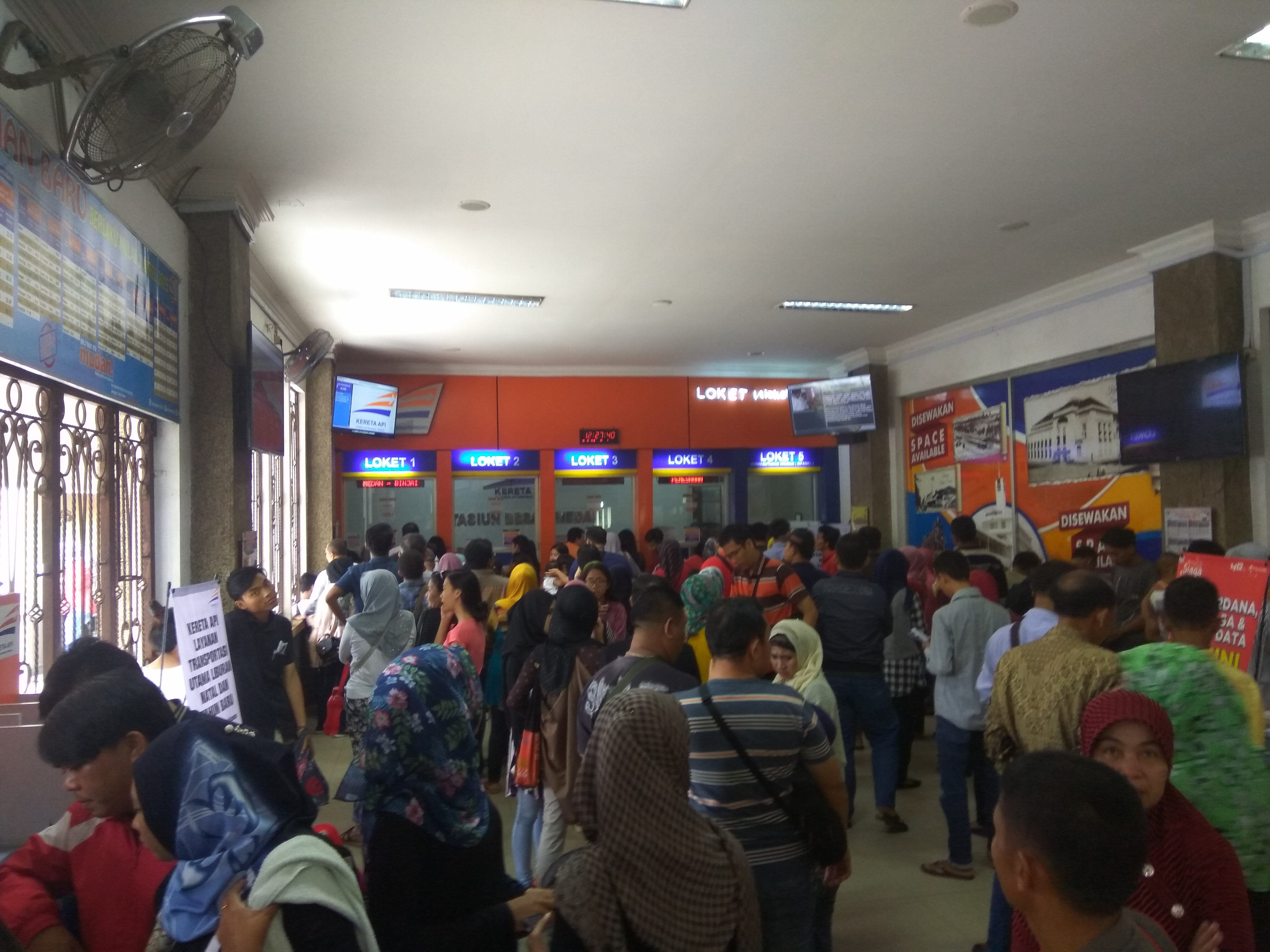 Calon Penumpang KA Padati Stasiun Besar Medan