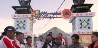enyerahan berkas pengelolaan miniature sinabung oleh ketua KCBI Rudi Surbakti didampingi sekretaris Lamhot Situmorang serta jajarannya kepada kepala desa suka meriah Yani Ginting.