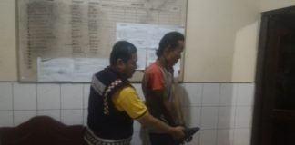 Petugas polisi saat menggiring tersangka ke dalam ruangan SPK polsek Percut Sei Tuan