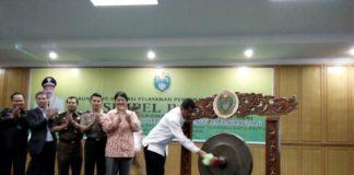Gubernur Sumut, HT Erry Nuradi M. Si memukul gong tanda resminya Simple Paten dilaunching