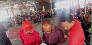 Sekdes Kubu Simbelang Darnius Perangin-angin (kaus merah) ketika menjelaskan barang-barang yang dibeli pihaknya kepada pengurus BPD Desa Kubu Simbelang