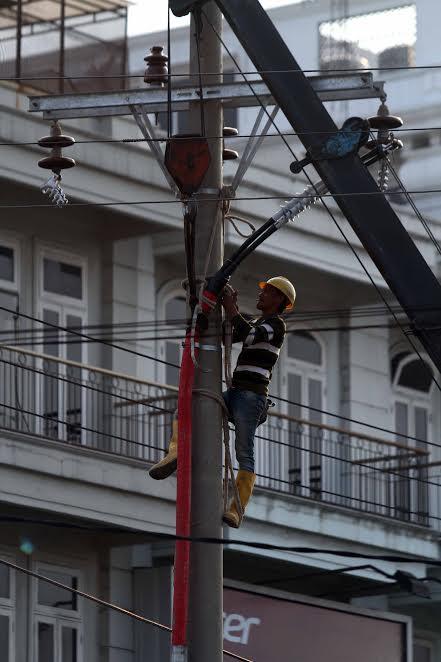 Foto: Teknisi memperbaiki instalasi listrik.