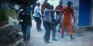 Proses evakuasi korban hanyut