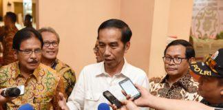 """Presiden Joko Widodo (Jokowi) mengaku belum menerima surat dari Badan Musyawarah (Bamus) DPR RI terkait sikap lembaga tersebut atas pencekalan Ketua DPR RI, Setya Novanto, yang diajukan oleh Komisi Pemberantasan Korupsi (KPK). Karena itu, Presiden mengaku belum bisa memberikan komentar atas sikap DPR itu. """"Sampai hari ini belum sampai di meja saya. Tolong ditanyakan kepada Menteri Hukum dan HAM,"""" kata Presiden Jokowi usai penyerahan sertifikat tanah di Graha Batununggal Indah, Bandung Kidul, Bandung Jawa Barat, Rabu (12/4) siang. Sebelumnya, rapat bersama Badan Musyawarah (Bamus) dan pimpinan lainnya telah membahas sikap DPR RI terkait pencekalan Setya Novanto. Sikap ini akan disampaikan dengan mengirimkan surat keberatan kepada Presiden Jokowi. Wakil Ketua DPR RI, Fahri Hamzah, dalam keterangannya mengingatkan, bahwa anggota DPR RI memiliki imunitas, sehingga tidak bisa diproses hukum ketika sedang menjalankan tugasnya. Ia menunjuk Undang-Undang No 17/2014 tentang MPR, DPR, DPD dan DPRD, di mana diatur bahwa anggota DPR tidak dapat dikenakan sanksi hukum ketika sedang menjalankan tugasnya. Namun, hak imunitas itu tak berpengaruh jika anggota DPR terlibat tindak pidana khusus seperti korupsi, terorisme, dan kasus narkoba. Sementara menurut Ketua KPK Agus Rahardjo, pencegahan tersebut dilakukan karena Ketua DPR Setya Novanto merupakan saksi penting untuk terdakwa Andi Agustinus alis Andi Narogong dalam kasus dugaan korupsi proyek E-KTP. """"Loh kan dia saksi penting untuk Andi Narogong,"""" ujar Agus, di Jakarta, Selasa (11/4) kemarin. Namun Presiden Jokowi menegaskan, surat dari DPR-RI belum diterimanya. """"Suratnya belum sampai di meja saya. Isinya apa kan saya juga belum ngerti,"""" tambah Presiden Jokowi. Presiden berjanji akan memberikan komentar setelah menerima dan membaca surat tersebut. """"Saya belum tahu. Kalau nanti surat itu sampai di meja saya, saya buka, saya baca, baru saya bisa komentar. Ya,"""" pungkas Presiden Jokowi."""