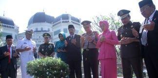 Hari Jadi Provsu Ke-69, Tengku Erry Ziarah ke Makam Pendahulunya