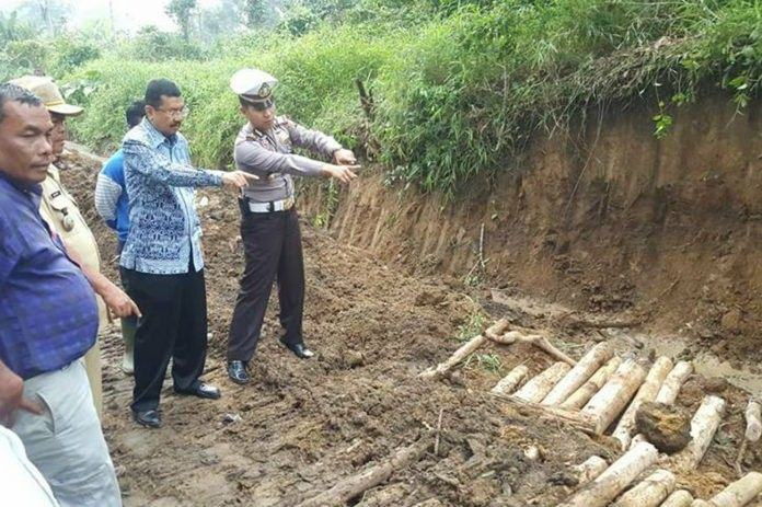 Jalan Siantar - Prapat Amblas, Gubernur Bilang Penyebabnya Pipa Air Bocor