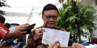 """MUDANews.com, Jakarta - Menteri Dalam Negeri (Mendagri) Tjahjo Kumolo mengemukakan, pihaknya sudah menandatangani kontrak pengadaan 7 (tujuh) juta blanko Kartu Tanda Penduduk (KTP) Elektronik atau yang lebih dikenal e-KTP pada minggu ketiga Maret lalu. """"Akhir Maret sudah kita distribusikan sebagian untuk DKI Jakarta yang memasuki Pilkada putaran kedua. Sisanya April ini bertahap selesai,"""" kata Tjahjo kepada wartawan usai mengikuti Sidang Kabinet Paripurna, di Istana Negara, Jakarta, Selasa (4/4) siang. Menurut Mendagri, pengadaan 7 juta blanko e-KTP itu dimenangkan oleh perusahaan dalam negeri, dan sampai sekarang sudah 96,54% dari catatan 4,5 juta yang sudah mendaftar data induk, tapi masih ada yang dobel-dobel. """"Masih ada sekitar 3 juta. Jadi, target kami tahun ini selesai,"""" ujarnya. Mendagri meminta maaf atas permasalahan keterlambatan pencetakan e-KTP itu karena hampir 100 pejabat Kementerian Dalam Negeri (Kemendagri), dalam 1,5 tahun ini harus bolak-balik ke Komisi Pemberantasan Korupsi (KPK), terkait pemeriksaan kasus korupsi e-KTP. Sehingga, secara psikis terganggu, ya, tapi secara optimalisasi bisa tercapai dengan baik. Selain harus menyediakan dan mendistribusikan 4,5 juta blanko e-KTP, menurut Mendagri Tjahjo Kumolo, pihaknya juga harus menyediakan per tahun 3 juta untuk yang KTP lajang ke menikah, dari remaja ke dewasa, yang rusak, yang pindah alamat. Selain itu, saat ini juga sedang dilakukan tender untuk pemeliharaan server yang sebelumnya dipegang oleh perusahaan Amerika Serikat, dan akan dicarikan perusahaan lain. """"Saya kira untuk Maret sudah kita kirim ke Jakarta lebih kurang 200 ribu yang belum punya e-KTP. Kemudian, yang April untuk luar daerah. Ya mudah-mudahan yang 4,5 juta ini, yang tertunda, kami mohon maaf, karena permasalahan yang kompleks,"""" kata Tjahjo.[am]"""