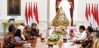 """MUDANews.com, Jakarta - Panitia Seleksi (Pansel) Hakim Mahkamah Konstitusi (MK) dipimpin ketuanya Dr. Harjono, S.H., M. L., Senin (3/4) pagi, menyerahkan 3 (tiga) nama kepada Presiden Joko Widodo (Jokowi) yang dinilai pantas mengisi posisi salah satu hakim MK yang kosong pasca penangkapan Patrialis Akbar oleh Komisi Pemberantasan Korupsi (KPK) karena dugaan gratifikasi, akhir Januari lalu. """"Saya buka saja 3 nama itu, pertama adalah Profesor Saldi Isra, Saudara Bernard Tanya (Dosen di Universitas Nusa Cendana Kupang), dan ketiga adalah Doktor Wicipto Setiadi (Purna Tugas dari Kementerian Hukum dan HAM). Itu tiga nama yang kita sampaikan kepada presiden,"""" kata Ketua Pansel Hakim MK, Dr. Harjono, S.H., M. L., kepada wartawan usai diterima Presiden Jokowi, di Istana Merdeka, Jakarta, Senin (3/4) pagi. Menurut Haryono, ketiga nama itu terpilih dari 45 pendaftar yang menyatakan minatnya untuk menjadi hakim MK. Dari 45 pendaftar ini, 22 orang dinyatakan lulus administrasi. Selanjutnya berdasarkan seleksi wawancara dan tes- tes yang lain sebanyak 12 orang dinyatakan memenuhi syarat. Namun, seorang kemudian memilih mengundurkan diri, sehingga tinggal 11 calon. """"Dari 11 peserta kita lakukan wawancara terbuka, saya kira juga ada di antara saudara-saudara dari media massa menghadiri itu, hasil terakhir dari 11 itu rankinglah secara nilai. Dan kemudian dari ranking itu kita sampaikan kepada Presiden 3 nama,"""" jelas Harjono. Ketua Pansel Hakim MK itu menegaskan, dalam memilih calon yang diajukan, Pansel memusatkan pada persoalan integritas.Tentu bukan satu-satunya, karena sebagaimana ditentukan oleh Undang-Undang Dasar, ia harus menguasai Undang-Undang Dasar dan negarawan. """"Jadi integritas adalah salah satu yang kita tonjolkan dan kemudian yang lain juga syarat, yang kemudian harus dipenuhi,"""" ujarnya. Selanjutnya siapa yang akan dipilih dari ketiga nama itu, menurut Harjono, Pansel menyerahkan sepenuhnya kepada Presiden. Ia mengajak semua pihak menunggu Presiden untuk memilih satu"""