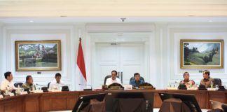 "MUDANews.com, Jakarta - Meskipun masih 2,5 bulan lagi, Presiden Joko Widodo (Jokowi) didampingi Wakil Presiden Jusuf Kalla sudah mengumpulkan anggota kabinetnya untuk mengikuti Rapat Terbatas Persiapan Menghadapi Idul Fitri 1438H/2017M. Presiden beralasan ingin memberikan perhatian bersama terutama dalam rangka persiapan yang semakin baik dari tahun ke tahun. ""Yang pertama, yang berkaitan dengan ketersediaan bahan pokok. Kemudian yang kedua, yang berkaitan dengan persiapan sarana dan prasarana transportasi. Kemudian yang ketiga, yang berkaitan dengan persiapan dari sisi keamanan,"" kata Presiden Jokowi dalam pengantarnya pada rapat terbatas (Ratas) yang digelar di Kantor Presiden, Jakarta, Senin (3/4) siang. Dengan langkah-langkah persiapan yang lebih awal, yang lebih baik pada Ramadhan tahun ini, Presiden Jokowi berharap kaum muslimin dan muslimat di tanah air dapat menjalankan ibadah puasanya dengan tenang, dengan aman, dan nyaman. Rapat terbatas itu dihadiri oleh Menko Polhukam Wiranto, Menko Perekonomian Darmin Nasution, Menko Kemaritiman Luhut B. Pandjaitan, Mensesneg Pratikno, Seskab Pramono Anung, Kepala Staf Kepresidenan Teten Masduki, Menteri PPN/Kepala Bappenas Bambang Brodjonegoro, Menteri BUMN Rini Soemarno, Menteri Perdagangan Enggartiasto Lukita, Menteri PUPR Basuki Hadimuljono, Menteri ESDM Ignasius Jonan, Menteri Perhubungan Budi K. Sumadi, Mendagri Tjahjo Kumolo. Selain itu hadir juga Menteri Agama Lukman Hakim Saifuddin, Menkes Nila F. Moelok, Mensos Khofifah Indar Parawansa, Menkominfo Rudiantara, Menteri PANRB Asman Abnur, Panglima TNI Jenderal Gatot Nurmantyo, Kapolri Jenderal Tito Karnavian, Kepala BIN Budi Gunawan, Dirut Pertamina Elia Massa Manik, dan Dirut Perum Bulog Djarot Kusumayakti.[am]"