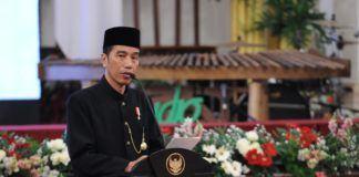"Presiden Joko Widodo (Jokowi) mengemukakan, kunjungannya ke beberapa negara di Eropa, di Amerika, di Asia, di Timur Tengah, membuat dirinya semakin menyadari bahwa banyak negara di dunia, termasuk negara-negara maju, sekarang sedang gelisah. ""Perasaan aman yang terganggu, toleransi mereka yang terkoyak, dihantui terorisme, dihantui ekstremisme, dihantui radikalisme. Dan mereka sedang mencari referensi nilai-nilai dalam mengelola keberagaman,"" kata Presiden Jokowi saat memberikan sambutan pada acara Keberagaman Indonesia dalam rangka Peringatan Konferensi Asia Afrika (KAA) Tahun 2017, di Istana Negara, Jakarta, Selasa (18/4) siang. Presiden bersyukur, karena kodrat kebangsaan Indonesia adalah Bhinneka Tunggal Ika. Kodrat Indonesia adalah mengelola keberagaman, mengelola kemajemukan, mengelola kebhinekaan. Ia menyebutkan, sesuai data Badan Pusat Statistik (BPS), Indonesia mempunyai 1.340 suku, beragam ras, dan bermacam agama. Namun demikian, Indonesia tetap harmonis dan damai. ""Indonesia tetap bisa membangun dengan pertumbuhan ekonomi yang baik. Dan di antara negara-negara anggota G-20, pertumbuhan ekonomi Indonesia tahun 2016 di Triwulan II berada pada peringkat tiga besar di bawah Tiongkok dan India. Karena itu, kita, Indonesia menjadi referensi,"" papar Presiden Jokowi. Kalau dulu Indonesia menjadi salah satu inisiator solidaritas Asia Afrika, menjadi inspirator negara-negara terjajah untuk merdeka, lanjut Presiden, sekarang Indonesia menjadi rujukan dalam mengelola keberagaman suku, mengelola keberagaman agama, mengelola keberagaman ras, dan mengelola keberagaman antar golongan. Selain itu, politik luar negeri Indonesia secara konsisten juga terus menyuarakan perdamaian dunia. Untuk menghormati keberagaman itu, Presiden Jokowi mengajak seluruh pemimpin dunia untuk terus menyuarakan penghormatan terhadap kemajemukan. ""Pesan ini juga akan saya sampaikan langsung kepada para pemimpin Asia dan Afrika,"" ujar Presiden seraya menyampaikan harapannya, agar semangat Bhinnek"