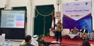"""Kemlu berpartisipasi aktif dalam West Java Ambassador Forum yang diselenggarakan oleh Kantor Perwakilan Bank Indonesia Jawa Barat dan Pemerintah Provinsi Jawa Barat di Bandung (5/4). Dalam forum tersebut. Kemlu diwakili Pusat P2K2 Amerika dan Eropa. Tujuan forum ini adalah untuk memaparkan peluang investasi di Jawa Barat, dan dihadiri oleh perwakilan dari negara sahabat dan mitra investasi Jawa Barat. """"Kondisi perekonomian Jawa Barat telah semakin membaik, antara lain ditandai dengan peningkatan pertumbuhan ekonomi yang ditopang oleh konsumsi dan investasi, kestabilan tingkat inflasi, dan penurunan tingkat kemiskinan,"""" Wakil Gubernur Jawa Barat Deddy Mizwar menyampaikan hal ini dalam sambutan pembukaan acara tersebut. Selain itu, lanjutnya, Provinsi Jabar juga telah memberikan berbagai kemudahan investasi, seperti sistem perizinan investasi 3-Hour Investment Licensing Service, khususnya untuk daerah industri di Karawang dan Bekasi. Pertumbuhan positif itu diharapkan dapat menjadi stimulus mengalirnya investasi asing ke Jawa Barat. Kepala Pusat P2K2 Amerika dan Eropa, Leonard F. Hutabarat Ph.D yang menjadi salah satu pembicara pada forum tersebut, menyampaikan bahwa Indonesia berada di peringkat keenam negara di kawasan Asia yang menerima investasi asing terbesar. """"Jawa Barat, khususnya, sejak lima tahun lalu merupakan daerah yang paling digandrungi investor untuk menanamkan modalnya dengan nilai total investasi tahun 2016 mencapai 5,5 milyar dollar AS,"""" kata Leonard. Dalam publikasi World Investment Report 2016, UNCTAD menempatkan Indonesia pada peringkat ke-9 negara yang memiliki prospek investasi terbaik hingga tahun 2018. Dengan terus membaiknya perekonomian Indonesia, yang salah satunya ditandai dengan proyeksi pertumbuhan GDP di atas 5% untuk tahun 2017 dan 2018, Indonesia seharusnya juga mulai berpikir untuk untuk menanamkan investasinya di negara lain, bukan hanya melulu mencari sumber modal dari negara lain. PricewaterhouseCoopers, sebuah lembaga think tank """