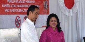 Presiden Jokowi dan Ibu Iriana Jokowi saat memberikan hak pilihnya pada Pilkada DKI Jakarta putaran II, Rabu (19/4), di TPS IV Gambir.