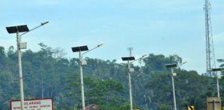 """Dengan pertimbangan bahwa pemenuhan terhadap energi khususnya jaringan tenaga listrik pada masyarakat yang tinggal di kawasan perbatasan, daerah tertinggal, daerah terisolir, dan pulau-pulau terluar masih belum merata, sehingga pemerintah memandang perlu percepatan untuk mendapatkan akses listrik melalui penyediaan lampu tenaga surya hemat energi. Atas dasar pertimbangan tersebut, pada 12 April 2017, Presiden Joko Widodo telah menandatangani Peraturan Presiden (Perpres) Nomor: 47 Tahun 2017 tentang Penyediaan Lampu Tenaga Surya Hemat Energi (LTSHE) bagi Masyarakat Yang Belum Mendapatkan Akses Listrik. """"Penyediaan LTSHE ditujukan untuk memenuhi kebutuhan masyarakat yang belum tersambung dengan jaringan tenaga listrik di kawasan perbatasan, daerah tertinggal, daerah terisolir, dan pulau-pulau terluar melalui percepatan Penyediaan LTSHE,"""" bunyi Pasal 2 Perpres ini. Penyediaan LTSHE , menurut Perpres ini, dilaksanakan oleh Pemerintah Pusat melalui pemberian LTSHE secara gratis kepada Penerima LTSHE, dan hanya dilakukan 1 (satu) kali untuk setiap Penerima LTSHE. Menteri (yang menyelenggarakan urusan pemerintah di bidang energi dan sumber daya mineral), menurut Perpres ini, bertanggung jawab atas pelaksanaan Penyediaan LTSHE. Dalam rangka pelaksanaan Penyediaan LTSHE itu, Menteri melakukan: a. perencanaan wilayah pendistribusian dan pemasangan LTSHE setelah berkoordinasi dengan Pemerintah Daerah; dan b. pengadaan Badan Usaha pelaksana Penyediaan LTSHE sesuai dengan ketentuan peraturan perundang-undangan di bidang pengadaan barang/jasa pemerintah. Badan Usaha sebagai calon pelaksana Penyediaan LTSHE, menurut Perpres ini, paling kurang memenuhi persyaratan: a. memiliki sarana dan fasilitas produksi LTSHE di dalam negeri; b. mempunyai produk LTSHE yang telah digunakan di dalam dan luar negeri; c. menyediakan layanan purna jual paling kurang 3 (tiga) tahun; dan d. menyediakan jaminan ketersediaan suku cadang LTSHE. """"Badan Usaha yang telah ditetapkan sebagai pelaksana Penyedia"""