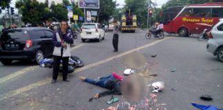 Foto: Petugas polisi sedang mengatur lalulintas pasca menewaskan tiga orang ditabrak truk trailer di simpang Gagak Hitam-Amal Ring Road Medan, Minggu (28/5).
