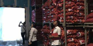 Foto: Kabid Humas Polda Sumut, Kombes Pol Dra Rina Sari Ginting saat meninjau gudang yang diduga sengaja menyimpan dan menimbun bahan pokok di sebuah gudang yang berada di Jalan Amir Hamzah Km 31 No. 74 Tandem Binjai, Selasa (31/5).