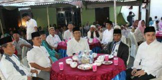 Foto: Sekda Ir Syaiful Bahri Lubis berbuka puasa bersama masyarakat Medan Polonia, di Masjid Al Hidayah, Selasa (13/6).