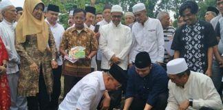 Foto: Walikota Medan Drs H T Dzulmi Eldin S M.Si meletakkan batu pertama pembangunan Rumah Tahfiz Masjid Al Arif di Kompek Taman Setia Budi Indah (Tasbi) II Medan, Minggu (18/6).