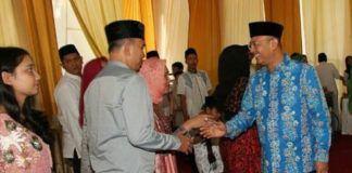 Foto: Walikota Medan, Drs H T Dzulmi Eldin S MSi ketika menggelar Open House di hari pertama Hari Raya Idul Fitri 1438 H di kediamannya Jalan Sudirman Medan, Minggu (25/6).