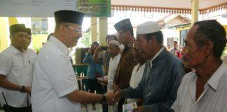Foto: Walikota Medan Drs HT Dzulmi Eldin S MSi menyerahkan sebanyak 850 paket zakat kepada masyarakat kurang mampu yang berdomisili di Kecamatan Medan Marelan.
