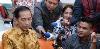 Foto: Presiden Jokowi memberikan keterangan tentang KPK saat mengunjungi ruang kerja jurnalis yang bertugas di Istana Kepresidenan, Jakarta, Selasa (13/6).