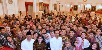 Foto: Presiden Jokowi didampingi Mensesneg berfoto dengan para wartawan usai buka puasa bersama, di Istana Negara, Jakarta, Rabu (14/6) petang.