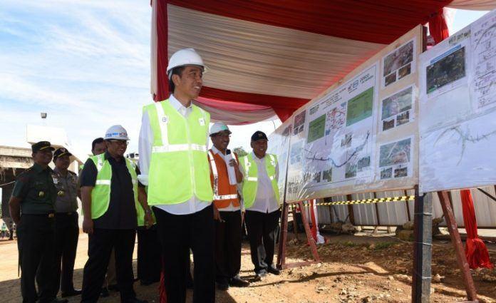 Foto: Presiden Jokowi saat tinjau pembangunan infrastruktur jalan.