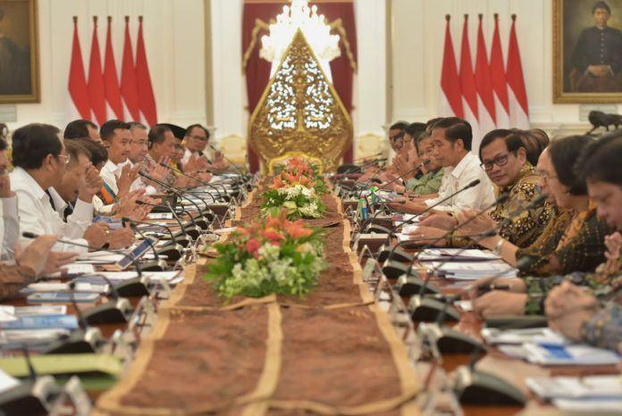 Foto: Presiden Jokowi saat memberikan pengantar pada Sidang Kabinet Paripurna di Istana Merdeka, Jakarta, Kamis (22/6).