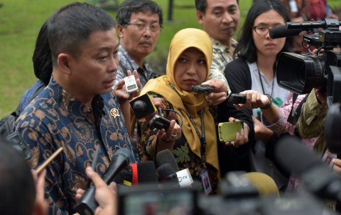 Foto: Menteri ESDM menjawab pertanyaan wartawan usai ikuti Sidang Kabinet Paripurna di Istana Merdeka.
