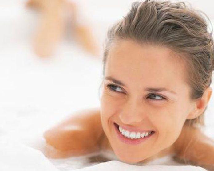 Ternyata selain kebiasaan makan, kebiasaan cara mandi yang kerap dilakukan juga bisa menentukan kepribadian Anda, lho. Penasaran? (Foto: iStockphoto)