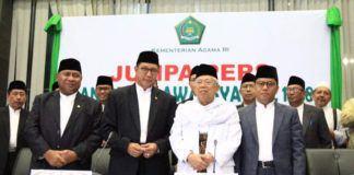 Foto: Menag Lukman foto bersama Ketum MUI KH Ma'ruf Amin dan Ketua Komisi VIII DPR Ali Taher usai beri keterangan pers tentang hasil Sidang Isbat 1 Syawal 1