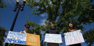 Foto: Protes di depan gedung Mahkamah Agung AS setelah MA merestui sebagian perintah eksekutif Donald Trump (Eric Thayer / AFP)