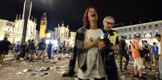 Petasan dengan daya ledak besar membuat kepanikan fans Juventus yang sedang nonton bareng menggunakan layar lebar di San Carlo Square. (AFP)
