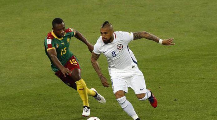 Gelandang Cile Arturo Vidal (kanan) berebut bola dengan pemain Kamerun Sebastien Siani di laga Piala Konfederasi 2017 (AP Photo/Alexander Zemlianichenko)