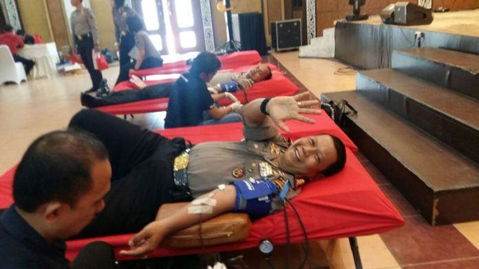 Foto: Direktur Pengamanan Objek Vital (Dir Pamobvit) Polda Sumut Kombes Pol Heri Subiansauri saat mengikuti donor darah di Aula Tribrata Polda Sumut.