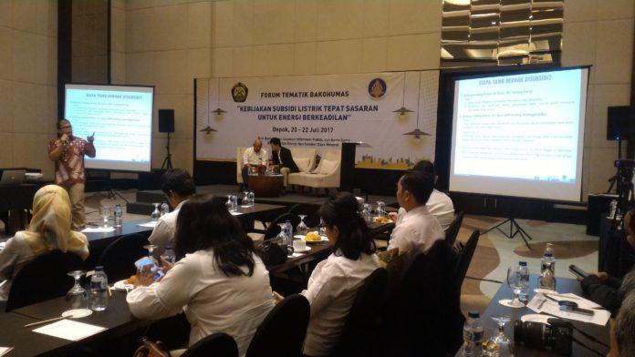 Foto: Pembicara dari Ditjen Ketenagalistrikan menyampaikan paparan di Forum Tematik Bakohumas Kementerian ESDM, di Depok, Jawa Barat (20/7).