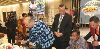 Foto: Walikota Medan Drs H T Dzulmi Eldin S M.Si menandatangani prasasti pembangunan Gereja Bethel Indonesia (GBI) Rumah Persembahan, Selasa (25/7) malam.