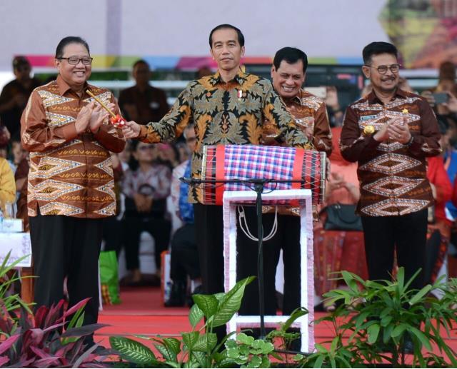 Foto: Presiden Jokowi saat menghadiri acara peringatan Hari Koperasi di Makassar, Rabu (12/7).