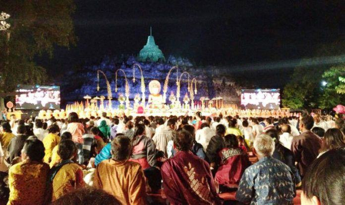 Foto: Ribuan umat Buddha memadati pelataran Candi Borobudur merayakan Hari Raya Suci Asadha Mahapuja.