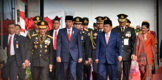 Foto: Presiden Jokowi didampingi Wakil Presiden Jusuf Kalla menghadiri Upacara Peringatan Ke-71 Hari Bhayangkara Tahun 2017, di Lapangan Monumen Nasional, Jakarta, Senin (10/7).