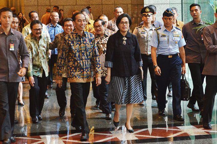 Foto: Presiden Jokowi didampingi Menkeu Sri Mulyani Indrawati dan sejumlah pejabat meninjau Bura Efek Indonesia, Jakarta, Selasa (4/7) siang.
