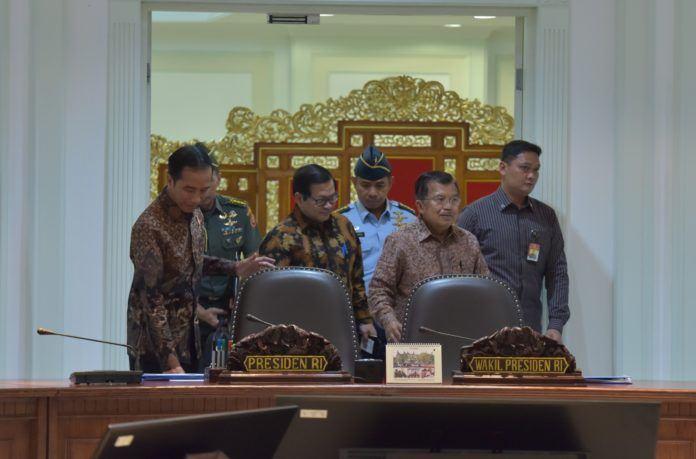 Foto: Presiden Jokowi, diikuti Wapres dan Seskab, bersiap melakukan Rapat Terbatas, di Kantor Presiden, Jakarta, Selasa (25/7).