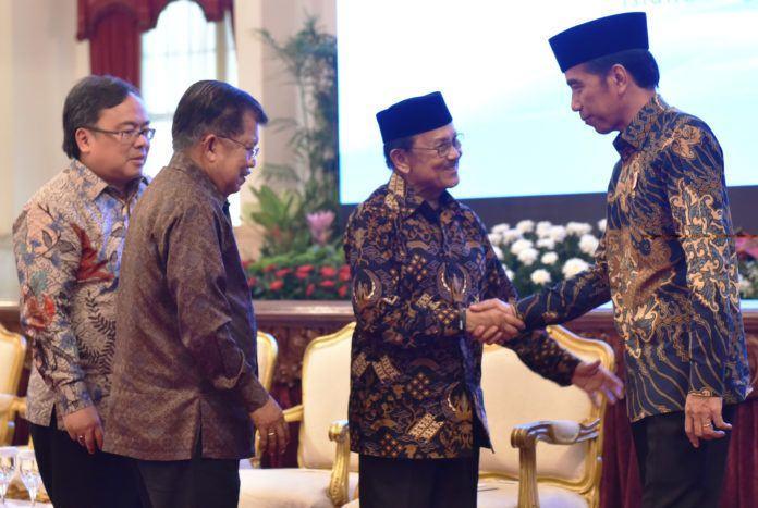 Foto: Presiden Jokowi disaksikan Wapres dan Menteri PPN/Kepala Bappenas menyalami mantan Presiden BJ. Habibie, usai peluncuran KNKS dan Pembukaan Silaknas IAEI, di Istana Negara, Jakarta, Kamis (27/7).