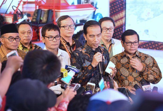 Foto: Presiden Jokowi menjawab pertanyaan wartawan usai menyaksikan peluncuran vokasi kejuruan di Cikarang, Bekasi, Jawa Barat, Jumat (28/7).