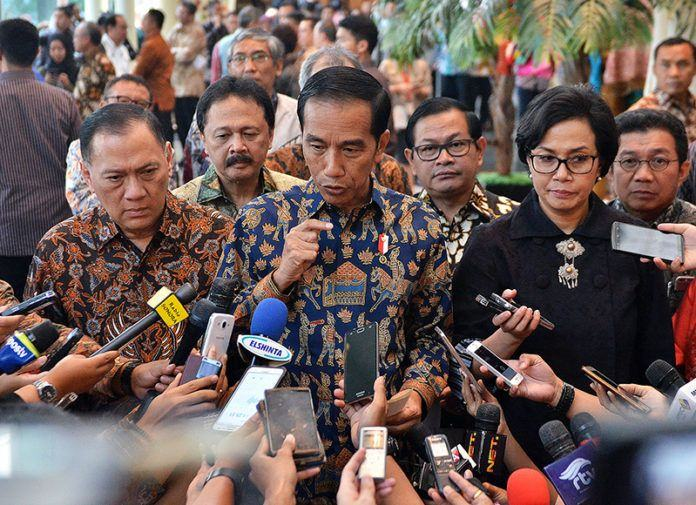 Presiden Jokowi didampingi Menkeu, Gubernur BI, dan sejumlah pejabat menjawab wartawan, usai mengunjungi Bursa Efek Indonesia, Jakarta, Selasa (4/7) siang.
