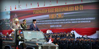Foto: Presiden Jokowi memeriksa pasukan pada Upacara Peringatan Ke-71 Hari Bhayangkara Tahun 2017, di Lapangan Monumen Nasional, Jakarta, Senin (10/7).