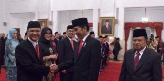 Foto: Presiden Jokowi diikuti Wapres Jusuf Kalla memberikan ucapan selamat kepada Dewan Pengawas dan Anggota BPKH yang baru dilantiknya, di Istana Negara, Jakarta, Rabu (26/7).