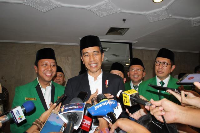 Foto: Presiden Jokowi menjawab pertanyaan wartawan usai mengikuti penutupan pelatihan Anggota DPRD PPP Se-Indonesia, di Hotel Mercure Ancol, Jakarta Utara, Jumat (21/7).