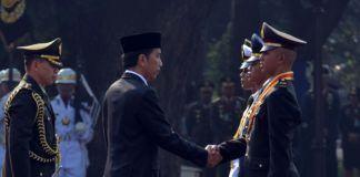 Foto: Presiden Joko Widodo menganugerahkan Adhi Makayasa kepada para perwira pertama yang resmi dilantik di Halaman Istana Merdeka, Selasa (25/7) .