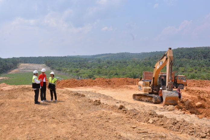 Foto: Presiden Jokowi usai meninjau pembangunan jalan tol lintas Sumatra Pekanbaru-Dumai Kota Pekanbaru, Minggu (23/7).