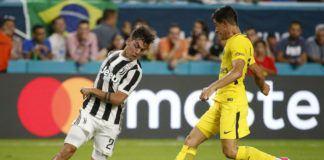 Foto: Striker Juventus, Paulo Dybala (kiri) beraksi dikawal Yuri Berchiche dari Paris Saint Germain dalam laga uji coba International Champions Cup, Kamis (27/7) pagi WIB. (AFP)